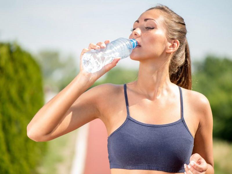 Bổ sung đủ nước khi tập chạy với máy chạy bộ